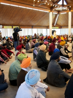 Congregation at Sikh Religious Society of Chicago commemorates the passing of HR 1193 in Illinois (credit: SAAPRI)