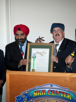Assembly Member Dan Logue (second from right) presents ACR-20 to Sikhs in Yuba City, California. (source: News East West)