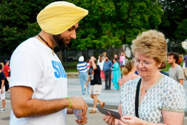 A Kaur Foundation's volunteer at the White House Candle Light Vigil for the victims of the Wisconsin Gurdwara shooting in August. (Source: Kaur Foundation)