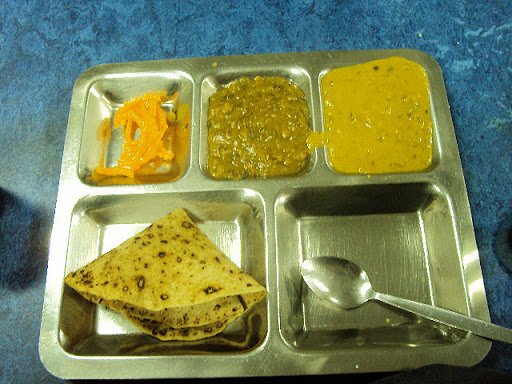 Typical tray of food served during langar. (Source: PunjabiPortal)